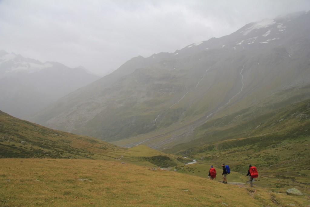 Dernier bivouac en vue, au pied du col du Mont...